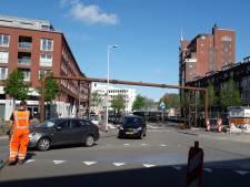 Hé, wat doet dat riool ineens boven de weg in de binnenstad van Breda?