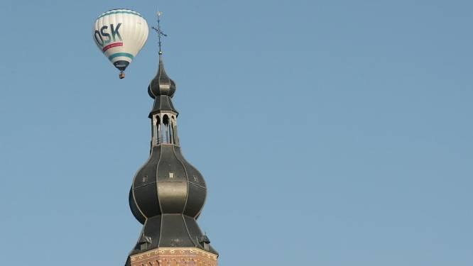 Prachtige beelden van luchtballon rond de toren van de Sint-Katharinakerk in Hoogstraten