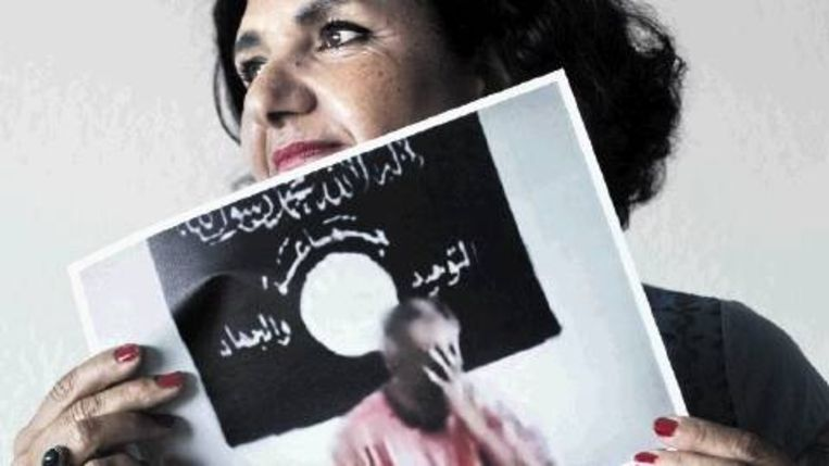 Nahed Selim met een still uit het onthoofdingsfilmpje. (FOTO PATRICK POST) Beeld