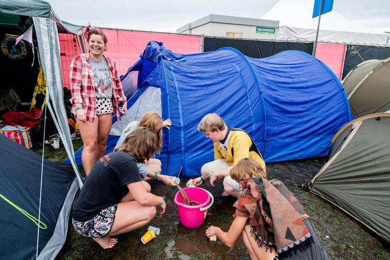 Festivalgangers op de camping Beeld ANP