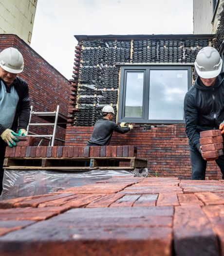 Huizen Houtse Akker die nooit af werden gemaakt, worden steen voor steen weer afgebroken
