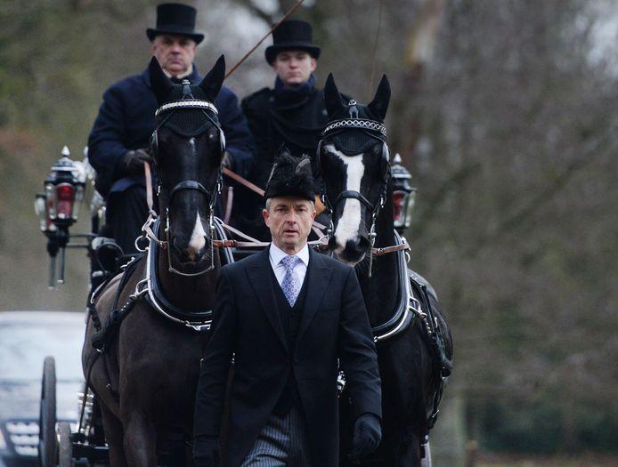 Een bijzondere uitvaart woensdag. Martin Bemelmans wordt in een koets met paarden naar het crematorium vervoerd. Pedro Swier loopt met steek - zoals het hoort - voor de koets.