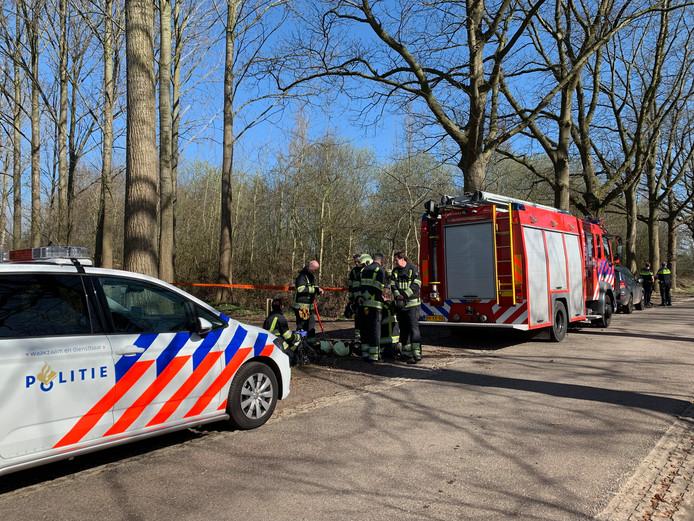 De brandweer en politie bij de vaten met vermoedelijk drugs in Gemonde.