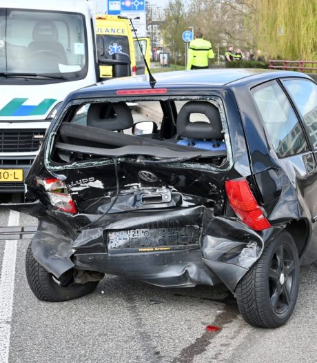 Drie auto's botsen op de John Frostbrug in Arnhem