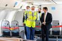 Koning Filip ging bezocht een passagierstoestel van TUI dat omgebouwd werd tot cargovliegtuig.
