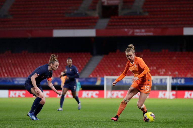 Jill Roord aan de bal in de vrouwenvoetbalinterland Frankrijk-Nederland (3-3), die dinsdag zonder publiek werd gespeeld. Beeld BSR Agency
