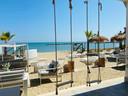 Villa Alwin Beach Resort: schommelen met een drankje in de hand en daarna duik je zo de zee in.