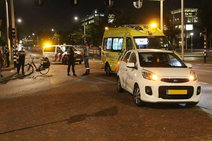 Een auto en fietser botsten vanavond op elkaar op de Westlandseweg.