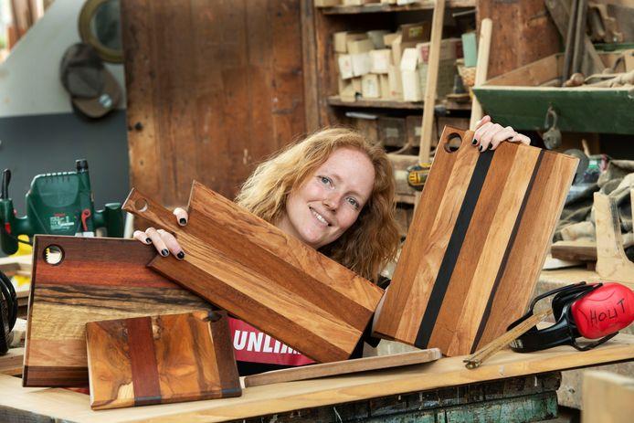 Bregje Verhoef in de Museumwerf, met haar zelfgemaakte broodplanken voor het goede doel.