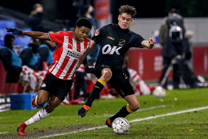 Ramon Hendriks grijpt in en houdt Nigel Thomas (Jong PSV) van zich af.