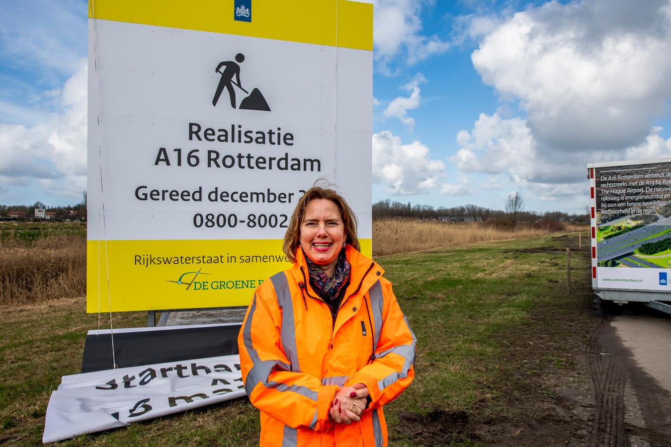 Minister Cora van Nieuwenhuizen (Infrastructuur) gaf in maart 2019 in Rotterdam-Ommoord het startsein voor de aanleg van de nieuwe rijksweg A16 Rotterdam. De opening loopt nu een jaar vertraging op. Dat wordt pas 2025.