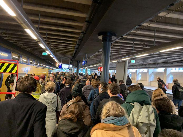 Drukte bij Den Haag CS waar reizigers vanuit Leiden, Amsterdam, Haarlem en Rotterdam drie weken lang moeten overstappen