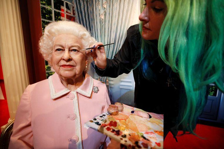 Emma Meehan legt de laatste hand aan het nieuwste wassen beeld van de Britse koningin Elizabeth. De 'queen' werd met paard en koets door de badplaats Blackpool gereden, met als eindbestemming Madame Tussauds. Beeld REUTERS