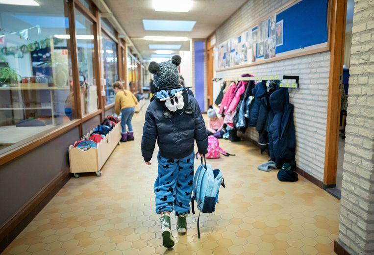 Een kind arriveert op een basisschool in Den Haag.  Beeld ANP