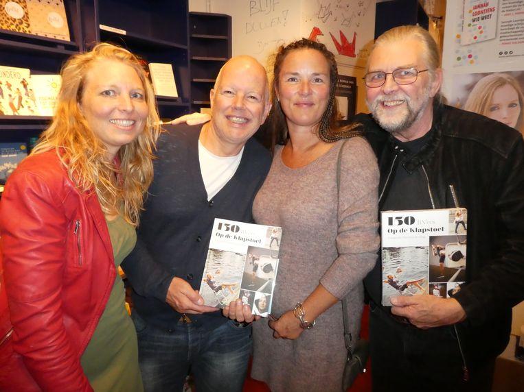 Het supportersvak: Amarins van Groeningen (docent beeldende vorming), Marc Snoek (geïntroduceerde vriend), Natasha Labohm (goede vriendin) en Michaël van Groeningen (vader van Amarins). Beeld Hans van der Beek