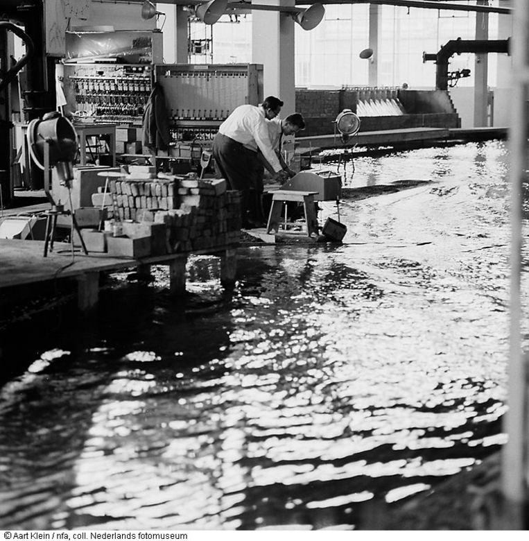 Onderzoek in het klein naar de Deltawerken. Waterloopkundig Laboratorium, Delft, 1961. Beeld Aart Klein, Nederlands Fotomuseum