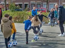 TOP Oss-spelers dribbelen door op schoolpleinen in Ussen
