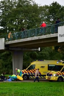Persoon valt van Plantagebrug in Lelystad