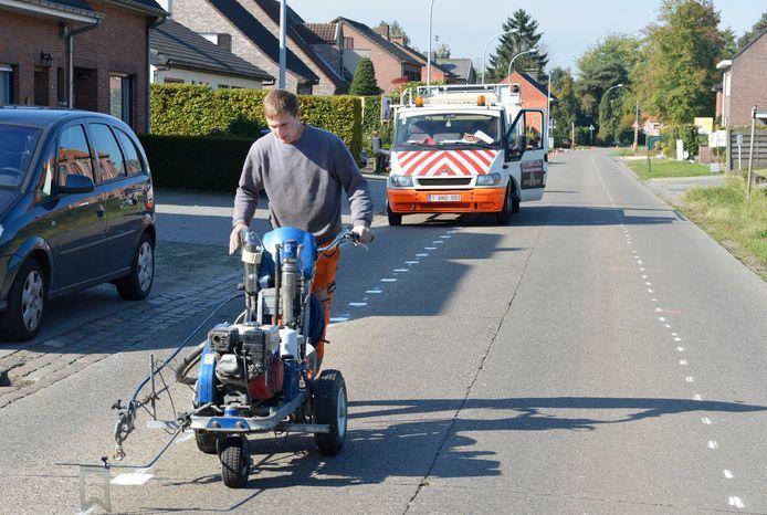 Archief: In 2012 werden fietssuggestiestroken geschilderd in Heizijde. Nu komen er veilige fietspaden.