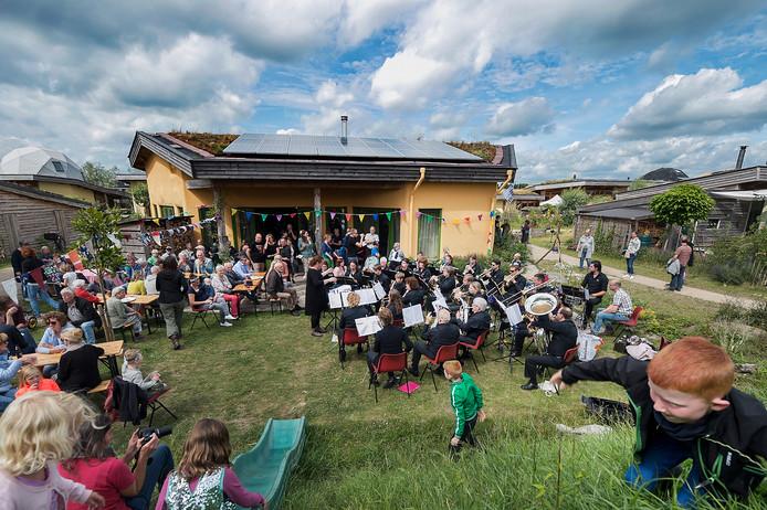 De Olster Harmonie treedt op bij de Aardehuizen.