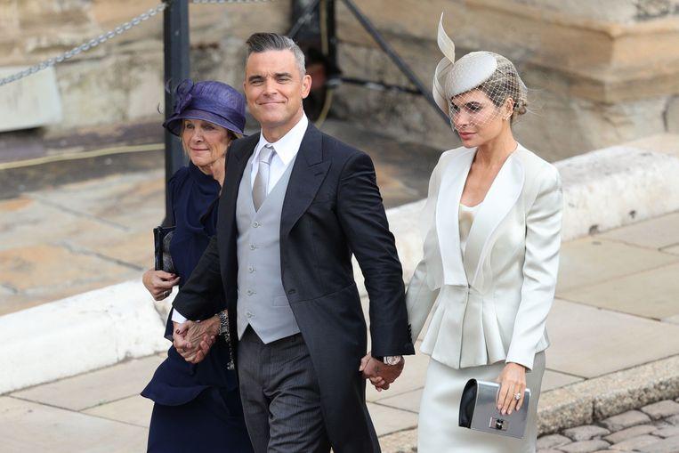 Met schoonmoeder Gwen Field (l) en zijn vrouw Ayda Field bezocht Robbie Williams in 2018 het huwelijk van de Britse prinses Eugenie Beeld Getty Images