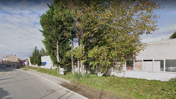 Het gebouw langs de Oudstrijdersstraat in Sint-Pieters-Leeuw.