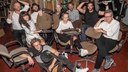 Publiek volgt theaterstuk vanop bureaustoelen