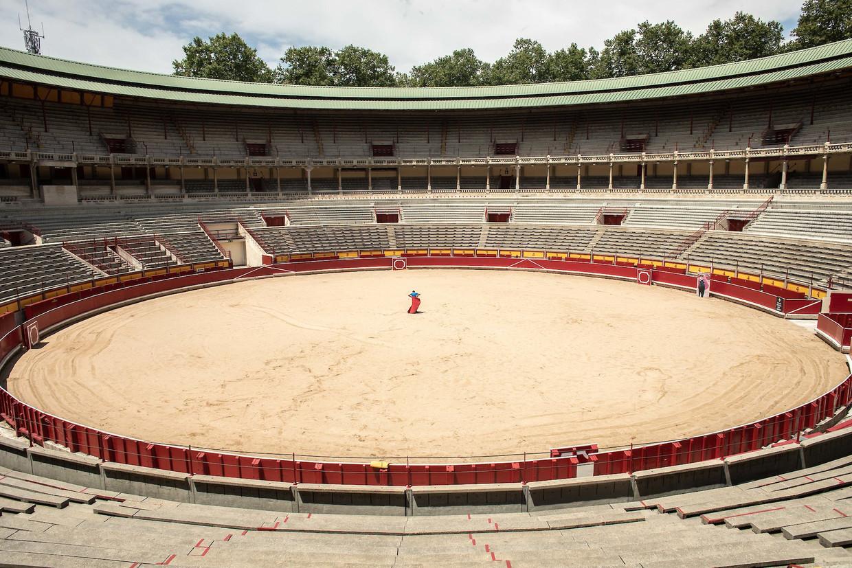 Een jonge torero oefent in een lege arena in Pamplona, Spain. Beeld César Dezfuli