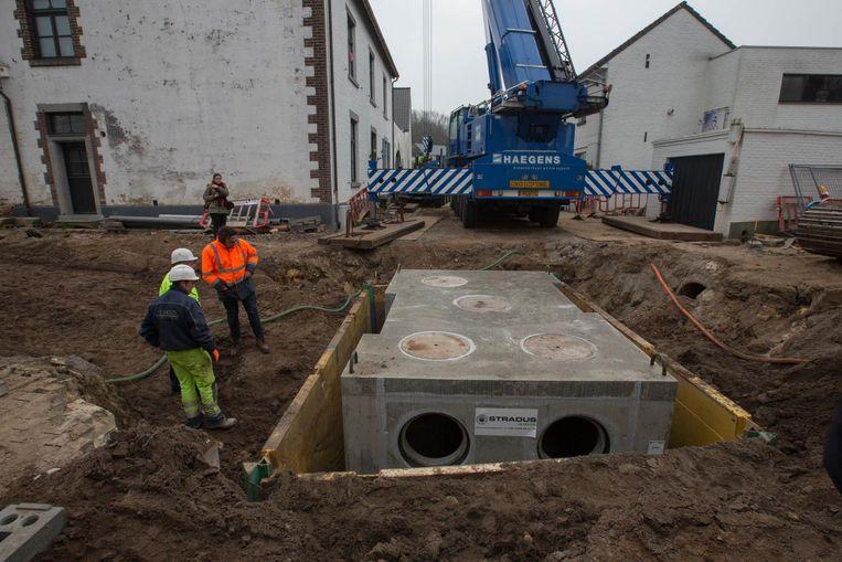 Gisteren werd de 30 ton zware verdeel- en inspectieput geplaatst aan de Kuilenzouw.