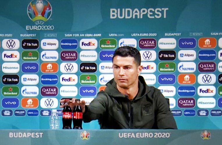 Ronaldo verwijdert flesjes van EK-sponsor Coca-Cola. Beeld NOS