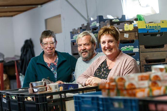 Hetty Kersten, Daniël van Leeuwen en Jolanda van Loon halen herinneringen op aan Jan van Loon, die jarenlang vrijwilliger was bij de voedselbank in Bergen op Zoom.