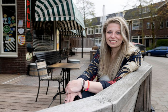 Malu Evers op het terras van café Jos.