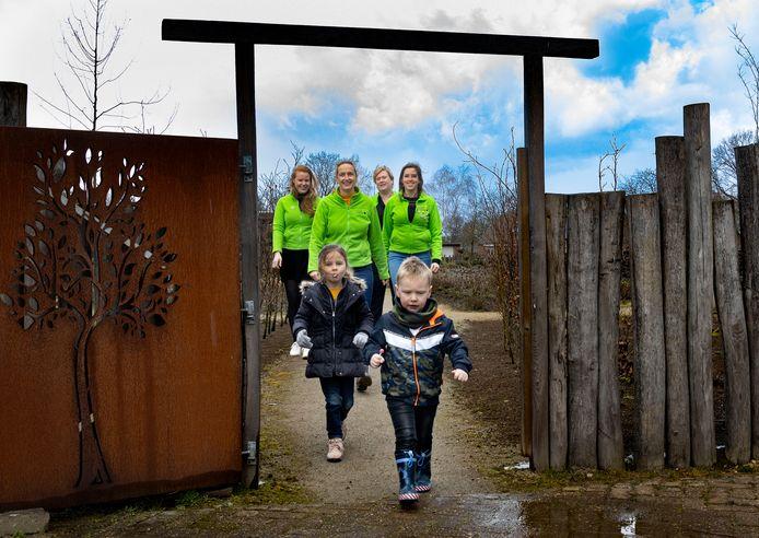 Vier leden van Ladies Circle 29 De Kempen, wandelend bij belevings- en bijentuin de BijenBerkt.