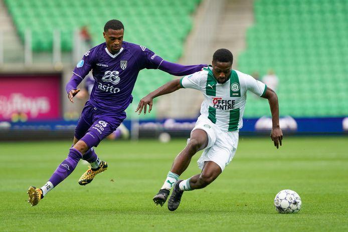 Delano Burgzorg van Heracles vecht een duel uit met Deyovaisio Zeefuik van FC Groningen