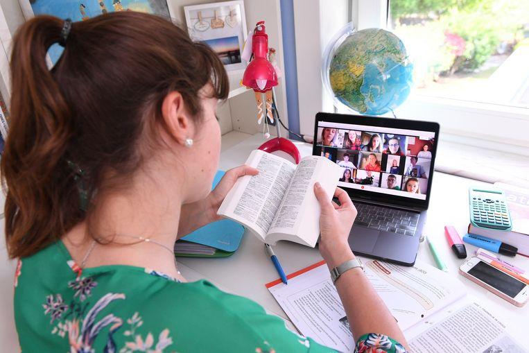 De toename van het onlinethuisonderwijs, vindt Van Dijck, vergroot de ongelijkheid tussen kinderen. 'Deze tijd vraagt om investeren in het fysieke onderwijs.' Beeld Photo News