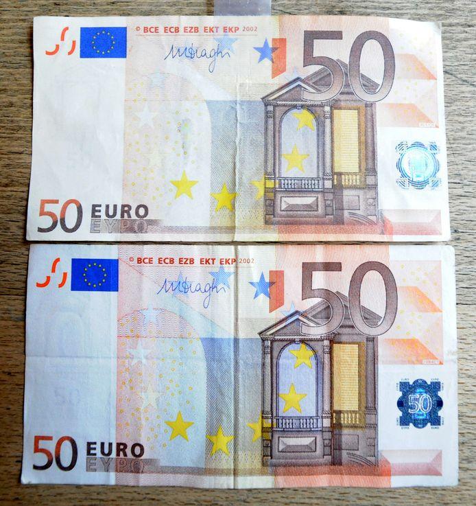 Het valse briefje van vijftig euro was bijna niet te onderscheiden van een echt biljet. Het valse ligt bovenaan.