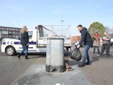 Snuffelen naar adressen tussen het afval. Al bij de tweede zak heeft de wethouder beet: dat is dan 125 euro.