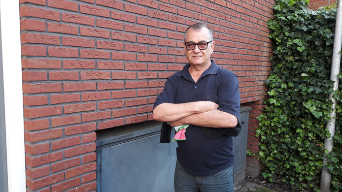 Robert Tiehuis woont in appartementencomplex De Tiggelhof in Enschede. Het complex is bovenop een hoogspanningsleiding gebouwd. Bovendien zit recht onder zijn slaapkamer een transformatorhuisje.