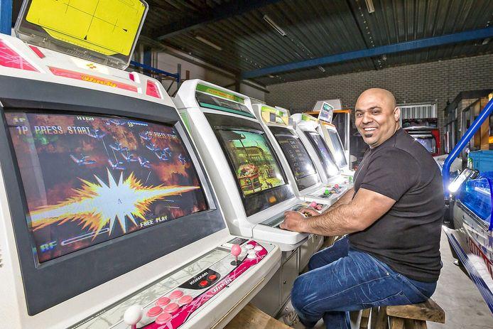 Hasan Tasdemir glundert van plezier tussen de rijen arcadekasten.