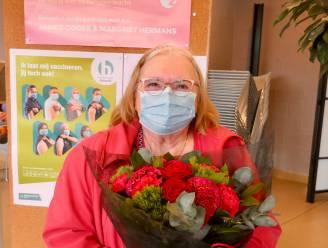 """Jeanne Alleman uit Machelen krijgt 10.000ste coronaprik: """"Bloemetjes zijn lief, maar vaccin is het échte cadeau"""""""