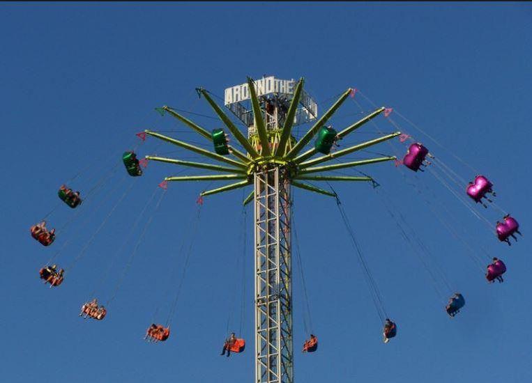 In de attractie Around the World zweef je 60 meter hoog.