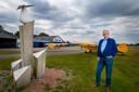 Oud-directeur Coert Munk van vliegveld Teuge bij het monument De Parel, van Harry Meek, dat herinnert aan 2 augustus 1945. Twee loodsen die op de achtergrond staan, waren er destijds al.
