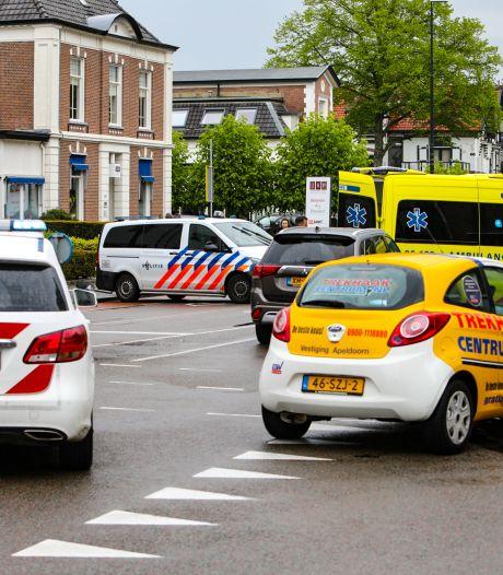 Botsing tussen scooter en auto in centrum Apeldoorn, omgeving afgesloten