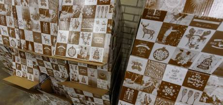 Radiostation deelt in Almelo kerstpakketten uit aan mensen die het hard nodig hebben