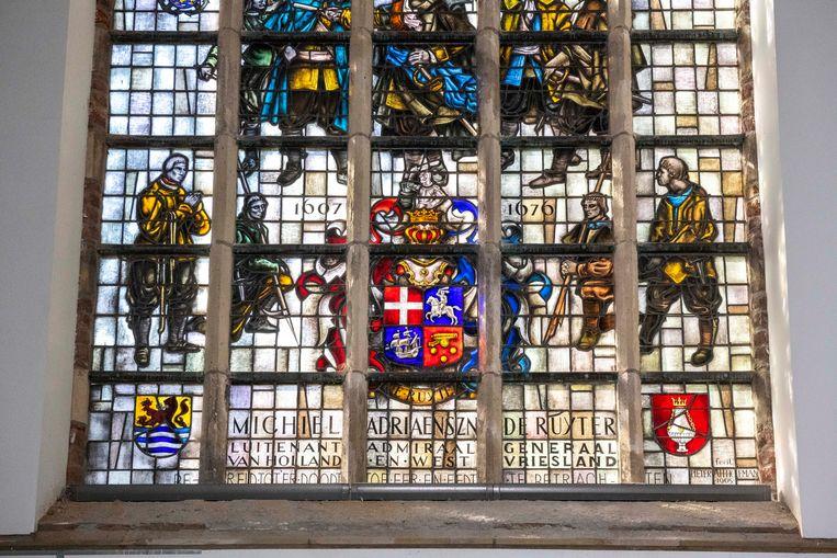 Het Michiel de Ruyter glas-in-loodraam in de Sint Jacobskerk in Vlissingen.  Beeld Boaz Timmermans/Fos Fotografie
