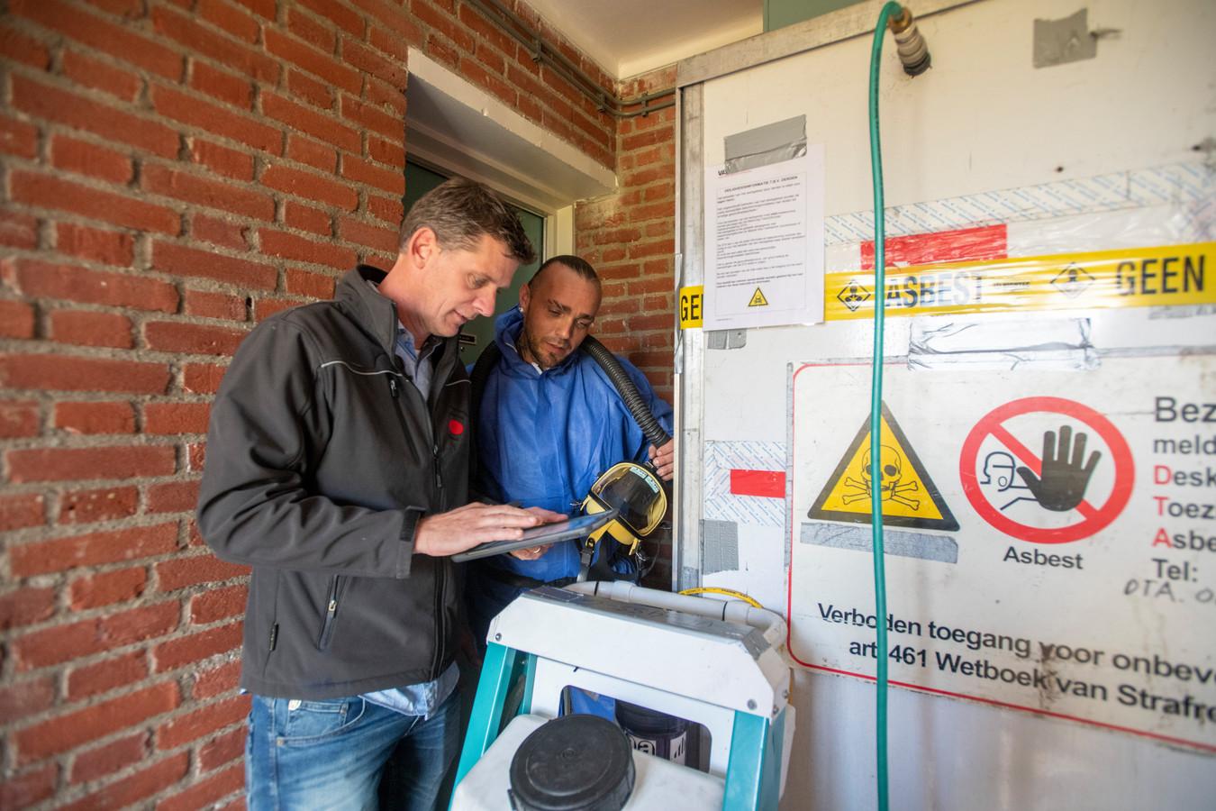 Toezichthouder Erik-Jan van Baal van de OMWB, hier bij een sanering die keurig volgens het boekje wordt uitgevoerd.