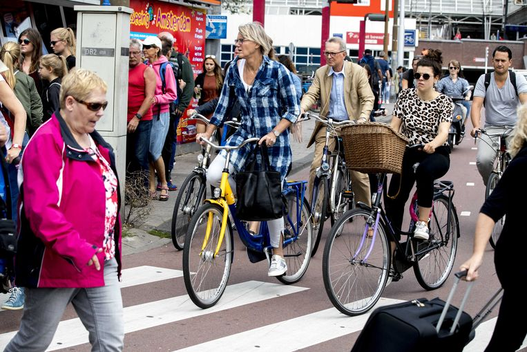 In Amsterdam maken de fietsers hun eigen verkeersregels. Beeld ANP