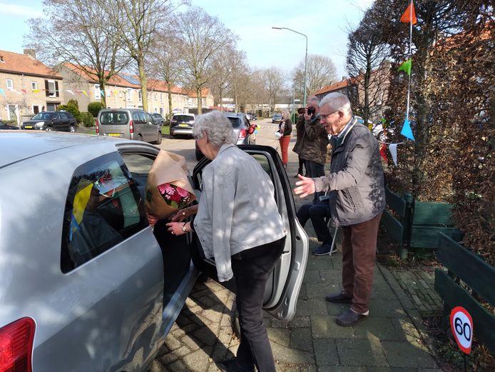 Geen groot feest, maar een receptie aan de straat met gasten die in een mum van tijd weer weg zijn voor het diamanten paar Eduard en Franka Hurkmans.