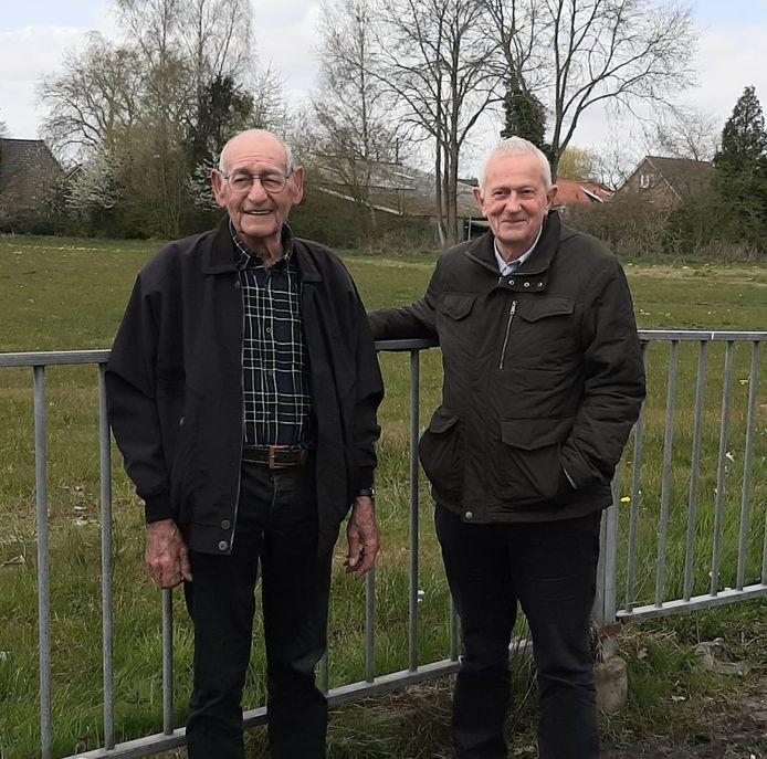 Jan Gerrits (links) en GBT-raadslid Frank Stolte: initiatiefnemers gedenkteken slachtoffers busramp Den Ham 1955.