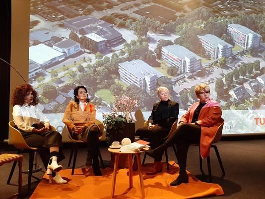Prof. Masi Mohammadi (TU/e), Paula Nelissen (Oktober), wethouder Lianne Smit van Waalre en bestuurder Angela Pijnenburg van Wooninc. tekenden dinsdag de overeenkomst voor de ontwikkeling van de slimme wijk voor senioren aan de Malvalaan in Aalst-Waalre.